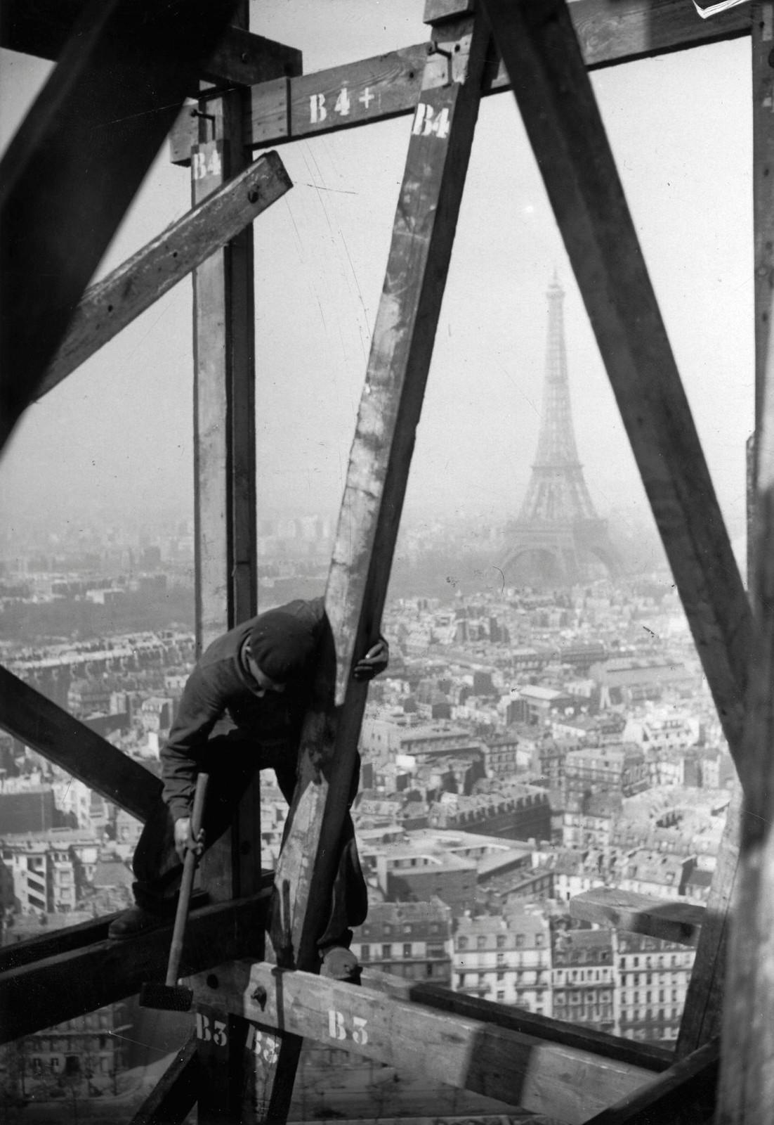 11. 1936. Рабочий на строительных лесах. Эйфелева башня на заднем плане. 30 апреля