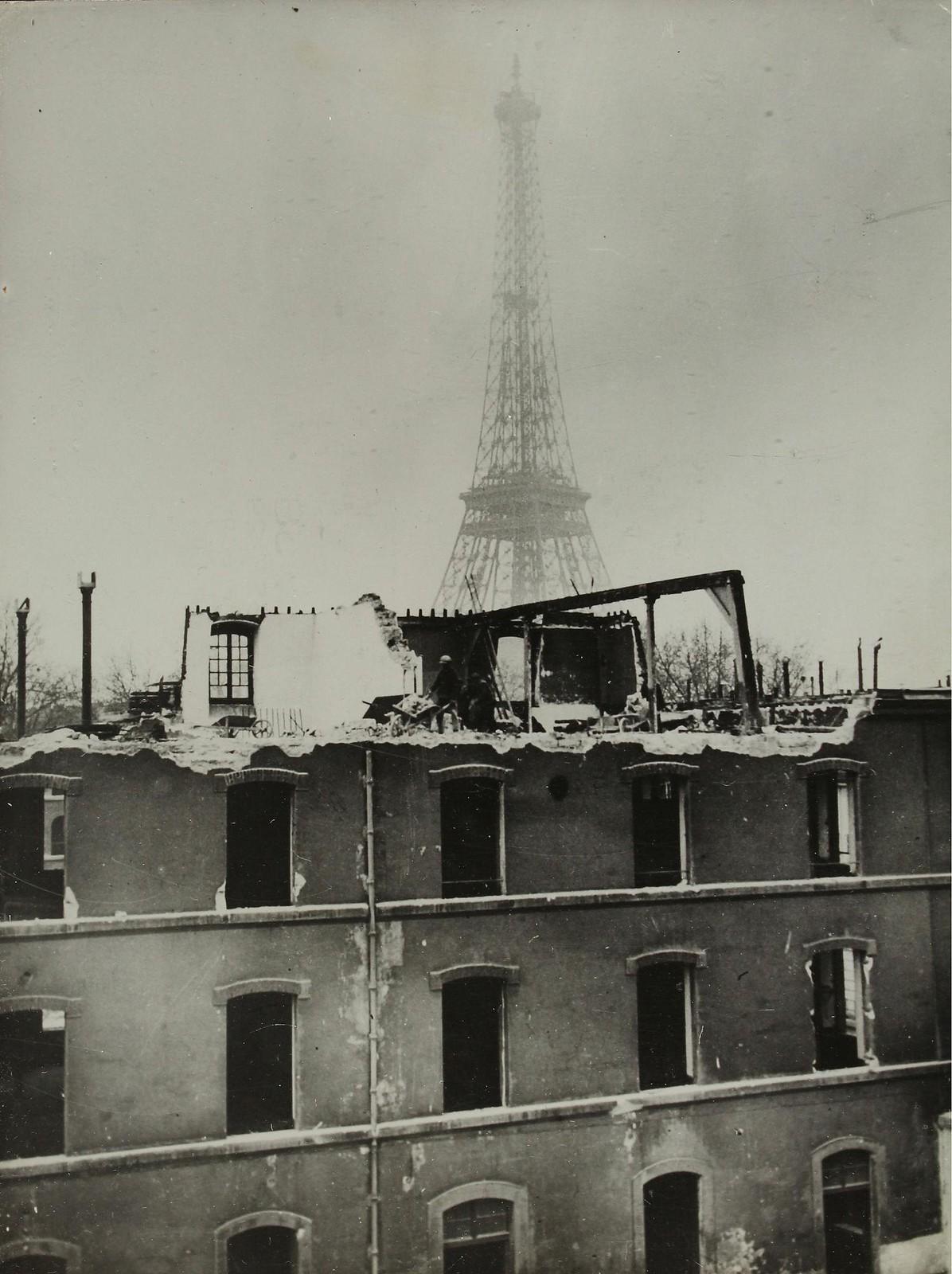 10. 1936.  Работы по расчистке места для возведения зданий Всемирной выставки. На заднем плане Эйфелева башня