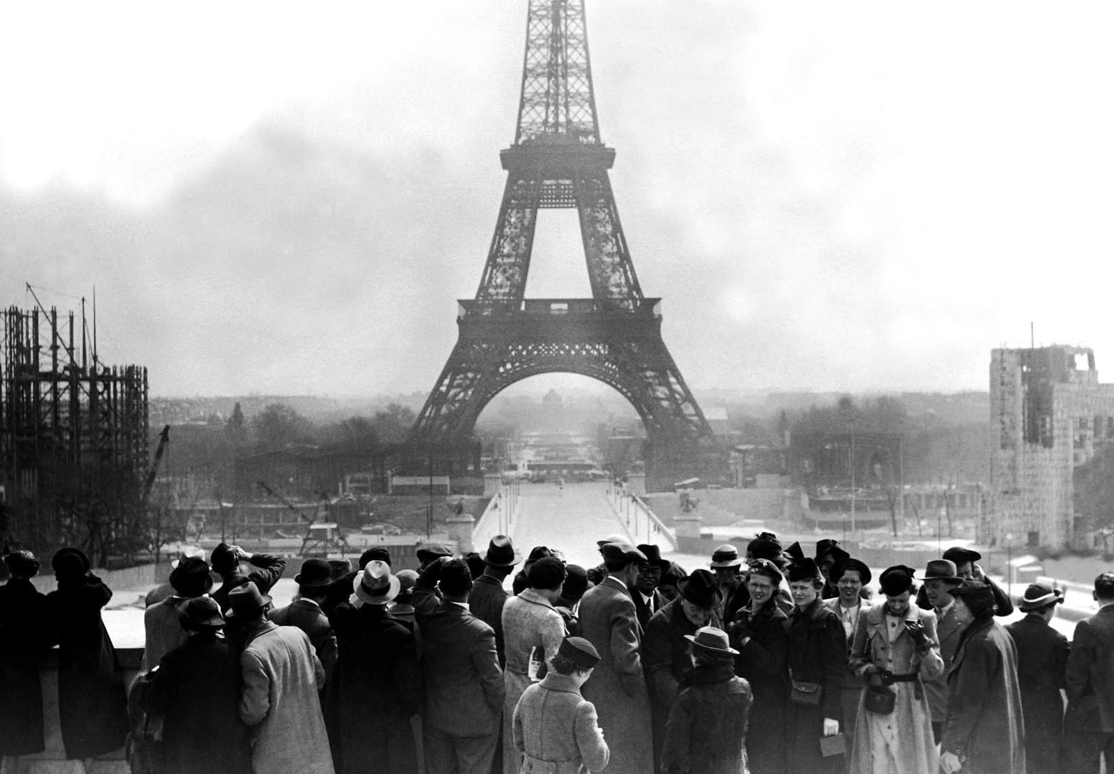 01. 1936. Туристы у Эйфелевой башни. 16 апреля