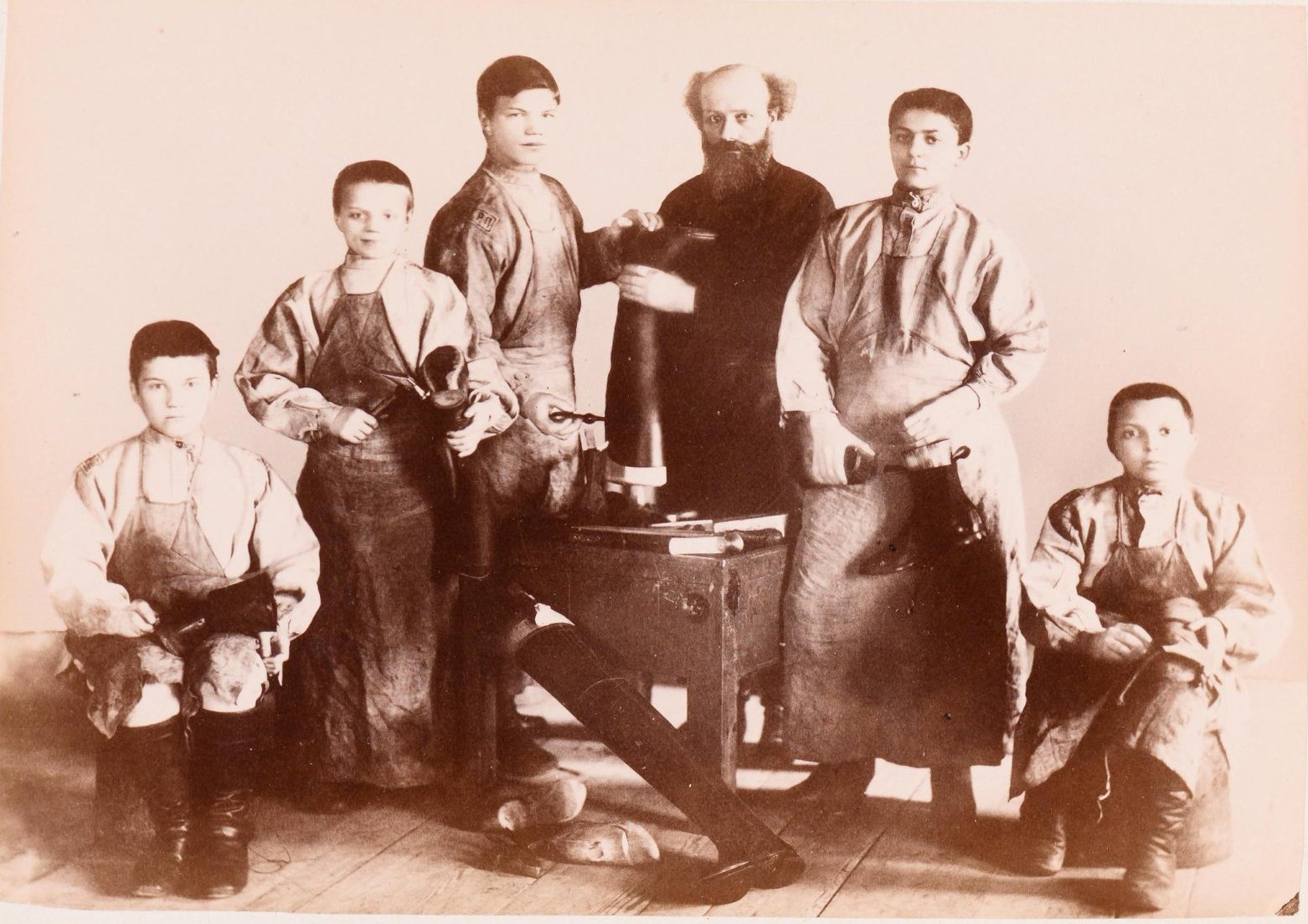 11. Ученики обувной мастерской Рукавишниковского исправительного приюта для подростков