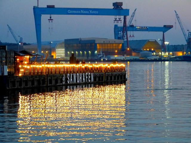Wasserspiegelung im Herbst im Hafen von Kiel