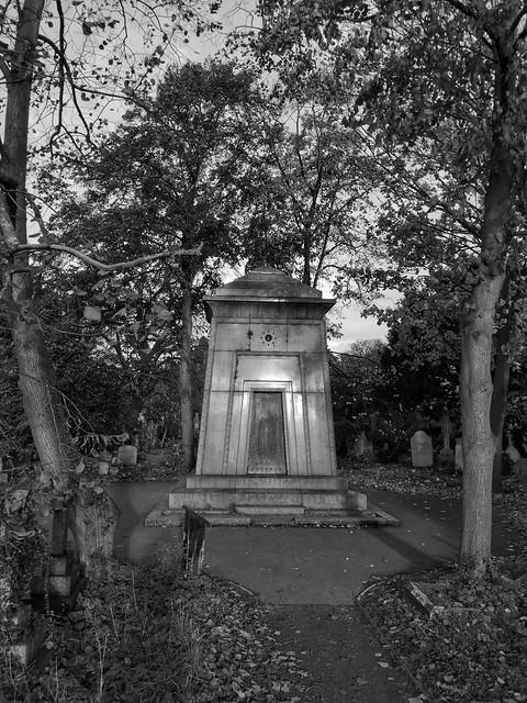 A morning walk around Brompton Cemetery