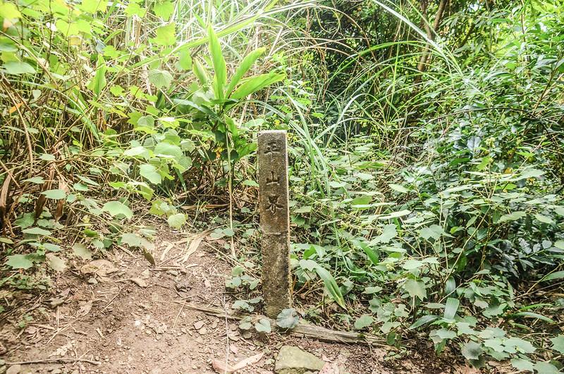 向天湖山北峰平山界水泥柱 (1)