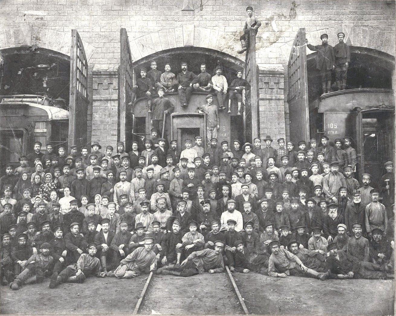 22. Рабочие и служащие железнодорожной станции Иркутск. 1909