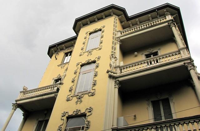 LIBERTY A TORINO - Palazzina Strada S. Vito Revigliasco 15. Purtroppo sia sul sito dell'Archivio Storico di Torino, sia sul sito Museotorino non ho trovato notizie sull'anno e sul progettista di questo bellissimo edificio.
