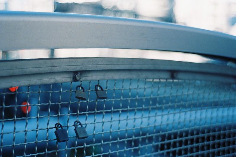 26KONICA HEXAR RF+Jupiter 8+宇宙の片隅ISO400東池袋歩道橋の愛の南京錠