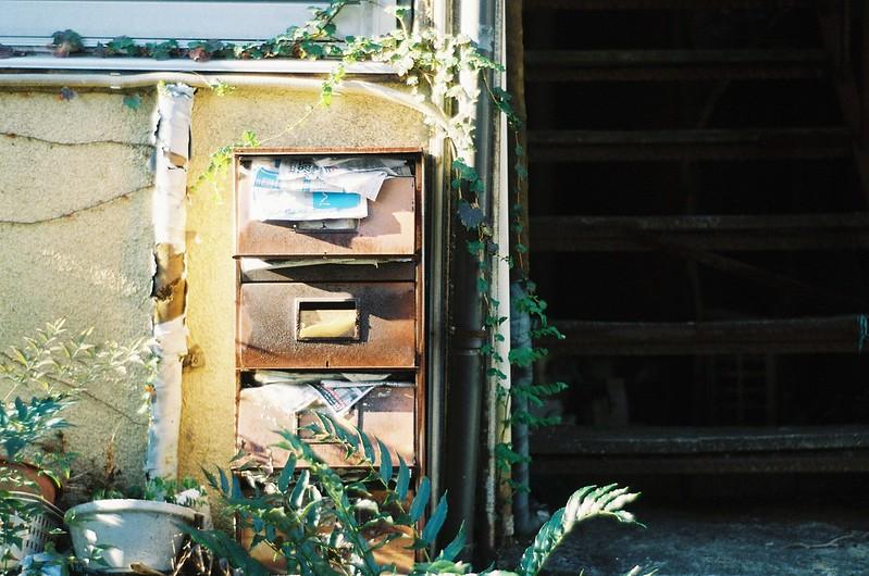 19KONICA HEXAR RF+Jupiter 8+宇宙の片隅ISO400上池袋二丁目路地のアパートのポスト