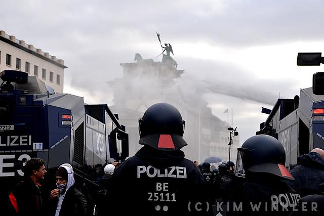 18. November 2020 - Verschwörungsideologische Versammlung in Berlin-Mitte gegen Änderung des Infektionsschutzgesetzes