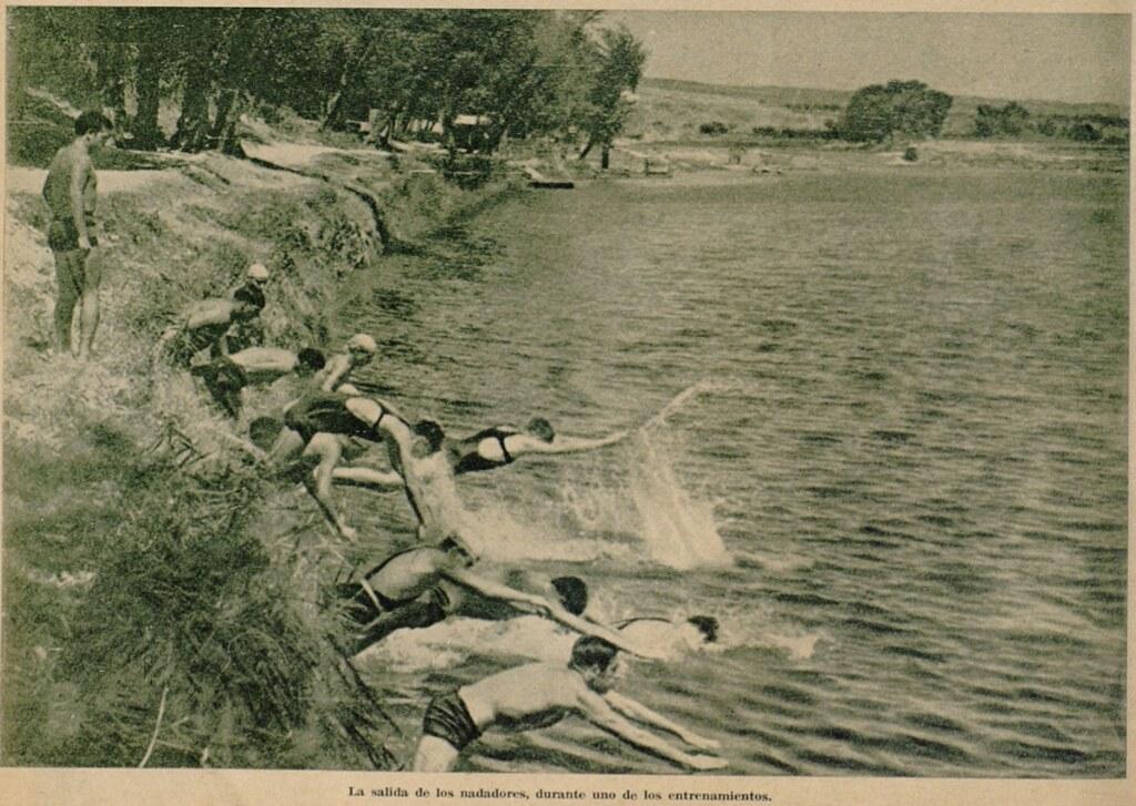 Miembros del Club Náutico de Toledo se lanzan a las aguas del Tajo en un entrenamiento. Semanario gráfico As, 15 de julio de 1935.
