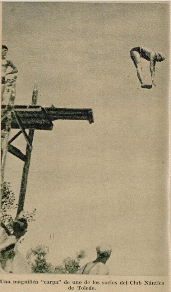 Miembros del Club Náutico de Toledo se lanzan a las aguas del Tajo desde un trampolín. Semanario gráfico As, 15 de julio de 1935.