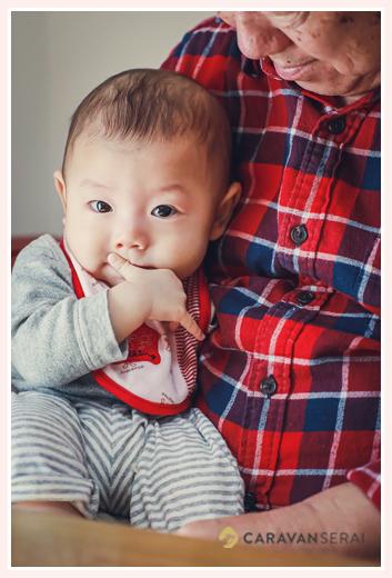 おじいちゃまに抱っこされる赤ちゃん 男の子
