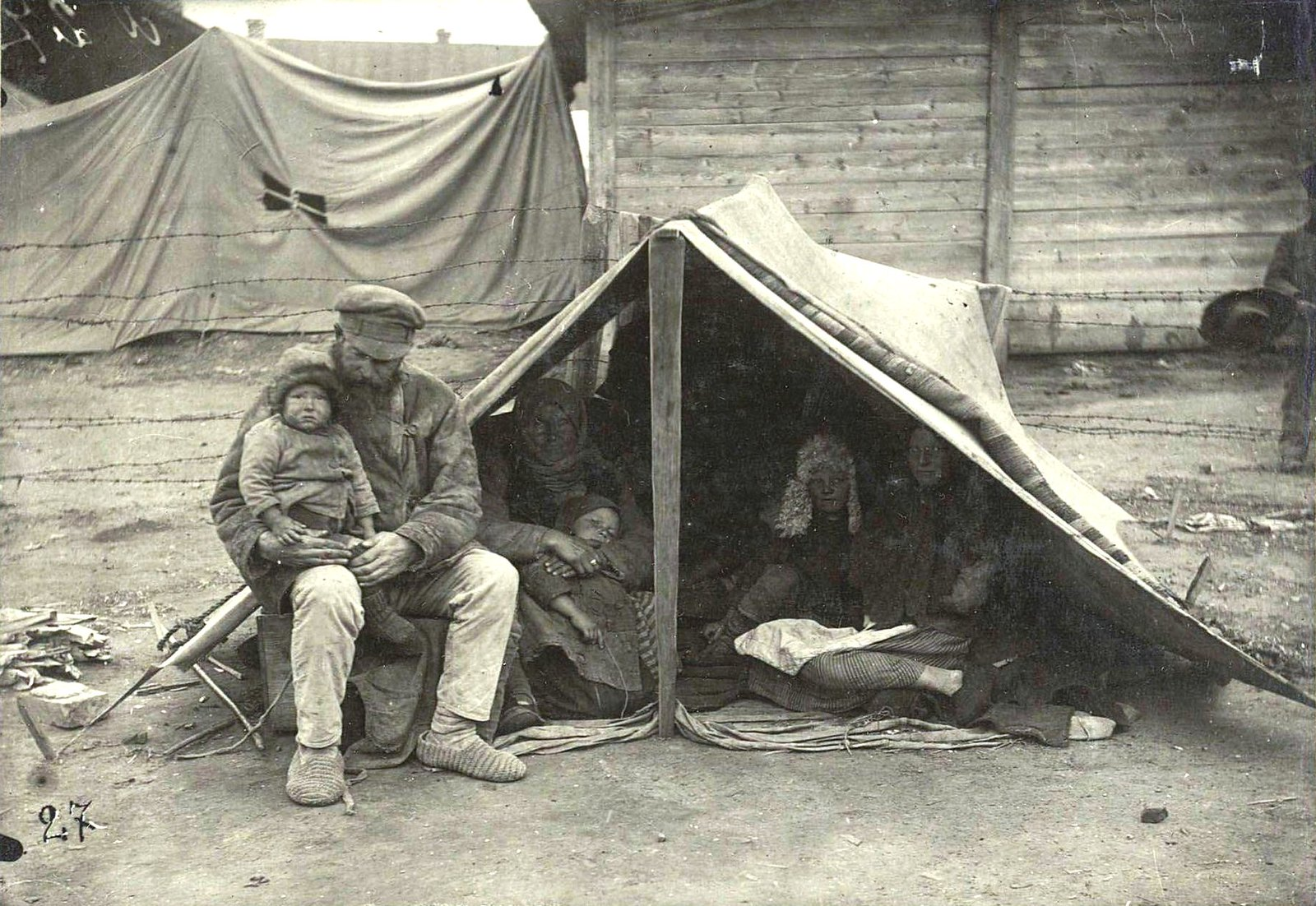 24. Хвалынские рабочие в ожидании отправки в Сибирь «на прокормление»