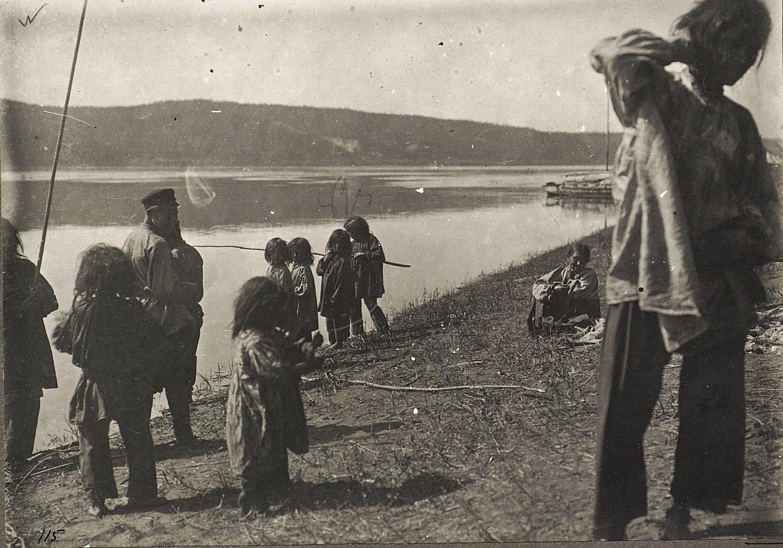Дети ловят рыбу