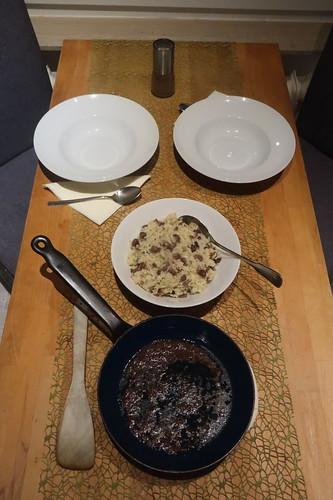 Sizilianisches Reisgericht mit Maronen und Sardellen (Tischbild)