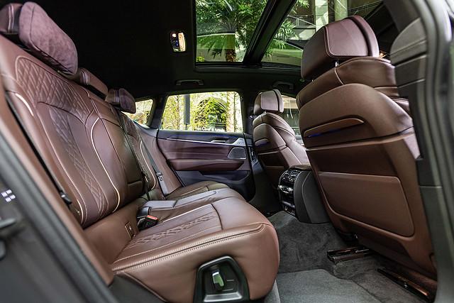 [新聞照片六] 全新BMW 6系列Gran Turismo擁有如同頭等艙的豪華寬敞車室,搭配雙後座Alcantara麂皮頭枕、後座椅背電動調整功能,以豪華優雅之姿陪伴後座乘員享受壯闊旅途。