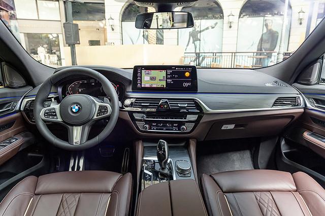 [新聞照片四] 雙12.3吋全數位虛擬儀錶與中控觸控螢幕,可無線連結Apple CarPlay或Android Auto,搭配更加直覺且口語化的BMW智慧語音助理,成為旅途中的最佳夥伴。