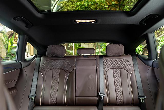 [新聞照片七] 全新BMW 6系列Gran Turismo具備媲美旗艦車款的寬敞豪華車室,全景式電動玻璃天窗讓車主享受旅途中的每一分璀璨美景。