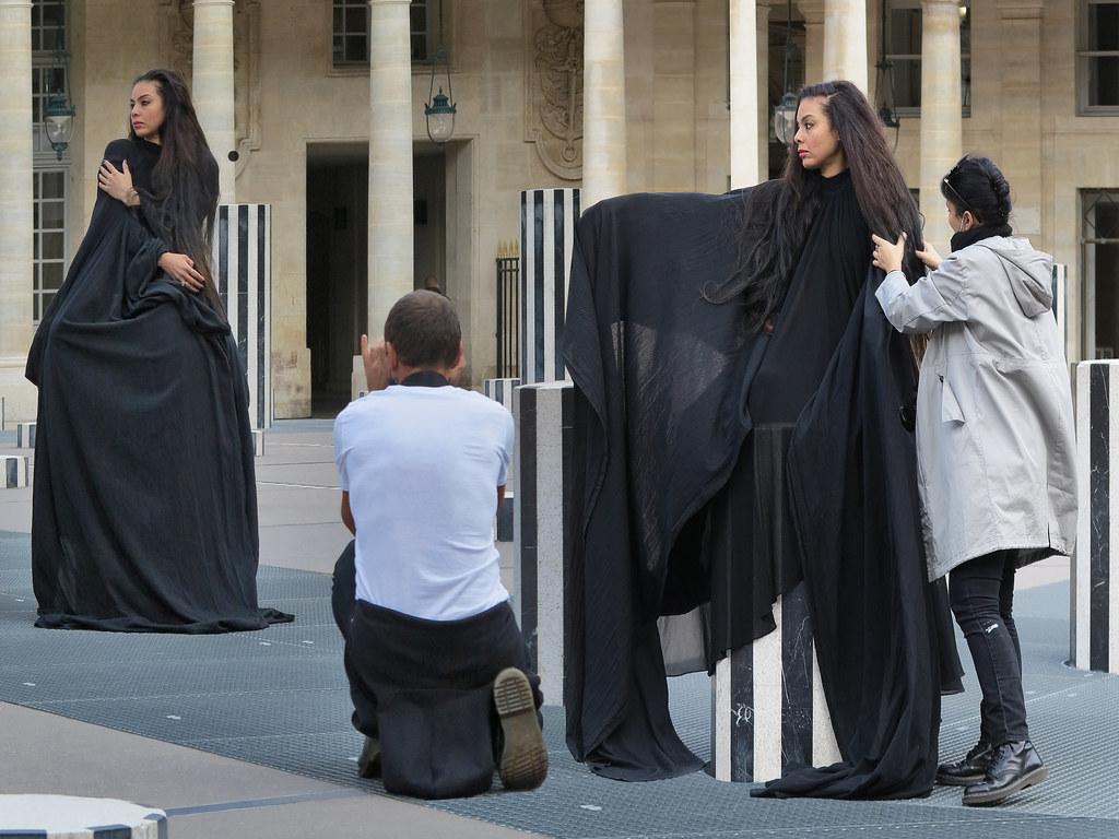 Photographe et mannequin posant dans la cour du ministère de la Culture