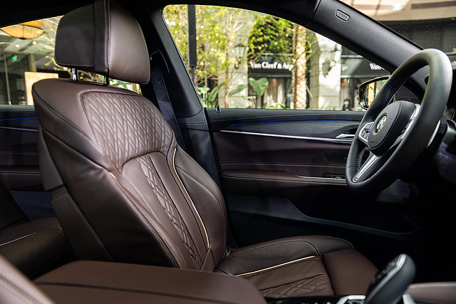 [新聞照片五] 觸感舒適柔軟的Nappa真皮菱格紋雙前座舒適型電動座椅含記憶功能,烘托極致豪華韻味。