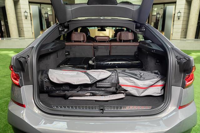 [新聞照片八] 全新BMW 6系列Gran Turismo行李廂容積可於600~1,800公升之間彈性做變化,搭配電動尾門啟閉系統,車主能更優雅的使用後廂機能。