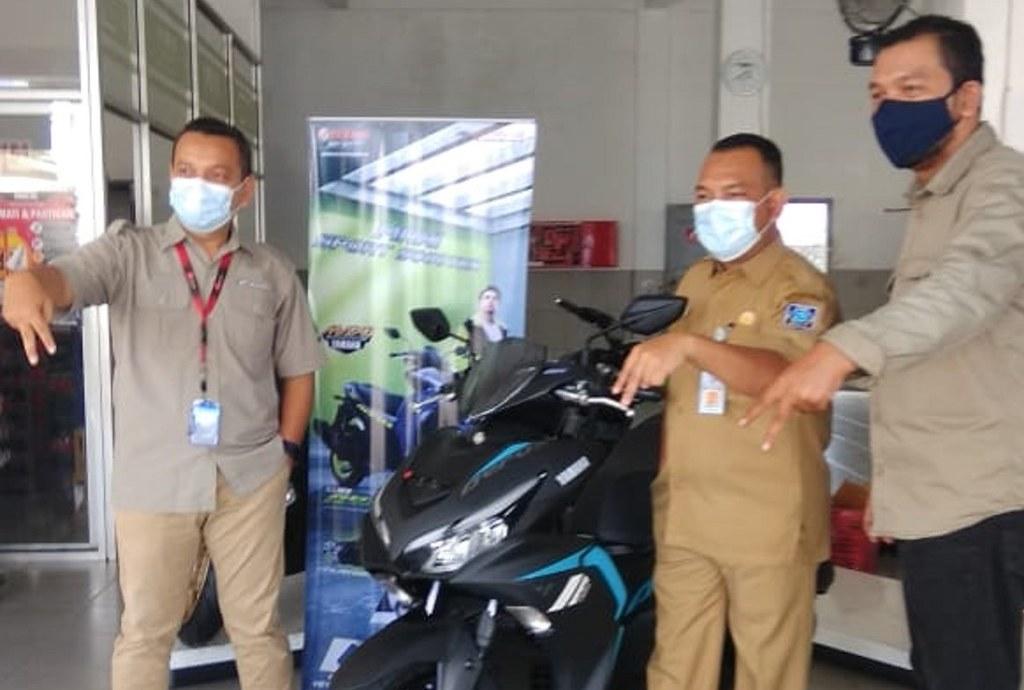 Konsumen Pertama All New Aerox 155 Connected di Provinsi Kepulauan Bangka Belitung (tengah)