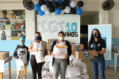IGT entrega kits às famílias em comemoração ao aniversário de 10 anos