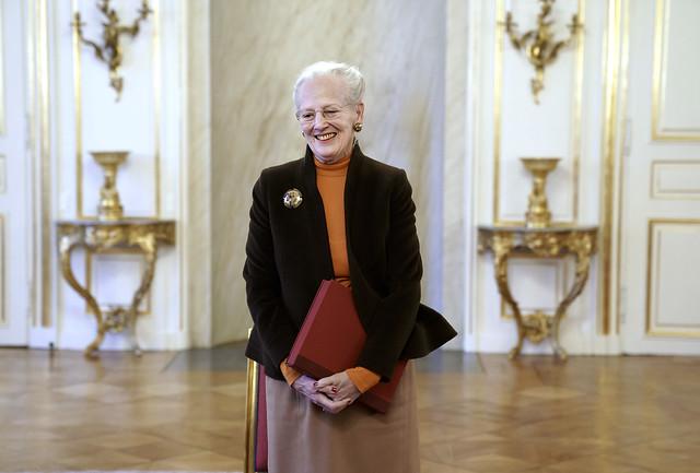 Koningin Margrethe van Denemarken ontvangt speciale editie van het museumjaarboek 'Nationalmuseets Arbejdsmark' (2020)