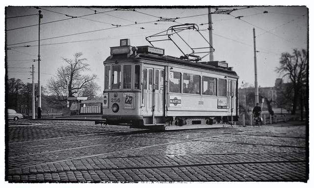De HTM 256 als lijn 5 op zondag 11 november 1962 passeert de Bosbrug