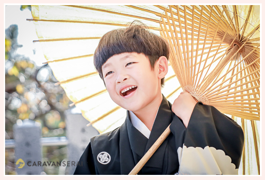 七五三 白の和傘を持って 5才の男の子