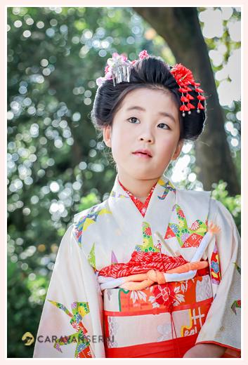 7歳の七五三 日本髪を結った女の子 白い着物に赤い帯