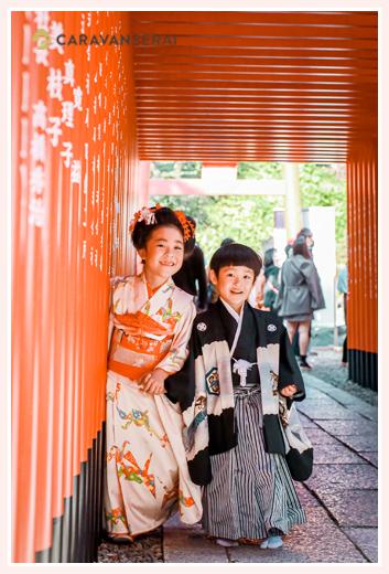 三光稲荷神社で七五三 赤い鳥居の下で兄弟写真