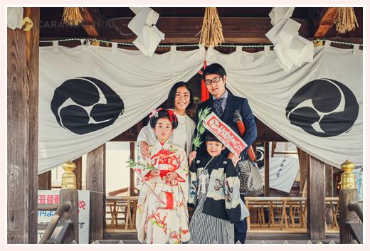針綱神社で七五三 ご祈祷場 家族写真