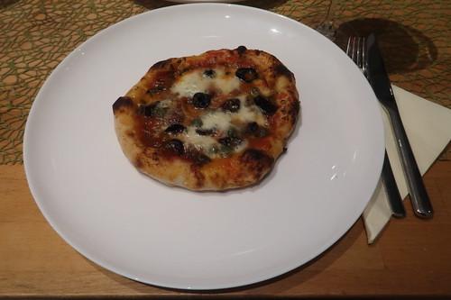 kleine Pizza Napoli (also Pizza mit Sardellen, Kapern und schwarzen Oliven)