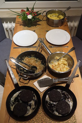 Wurstebrot zu Kartoffelstampf und geschmorten Zwiebeln bzw. Apfelkompott (Tischbild)
