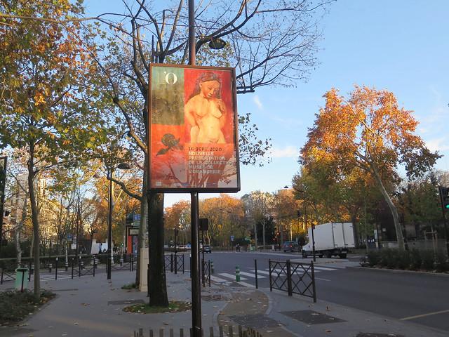 Dans la rue en automne, une affiche d'exposition