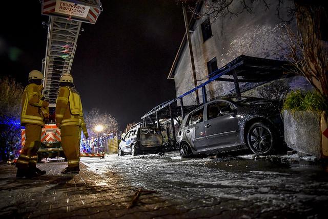 Carportbrand Sperlingsweg 20, 3 PKW,s Ausgebrand, Wohnhaus unbewohnbar, Keine Verletzten, Feuerwehr Wesseling mit 3 Löschzügen und 35 Mann im Einsatz