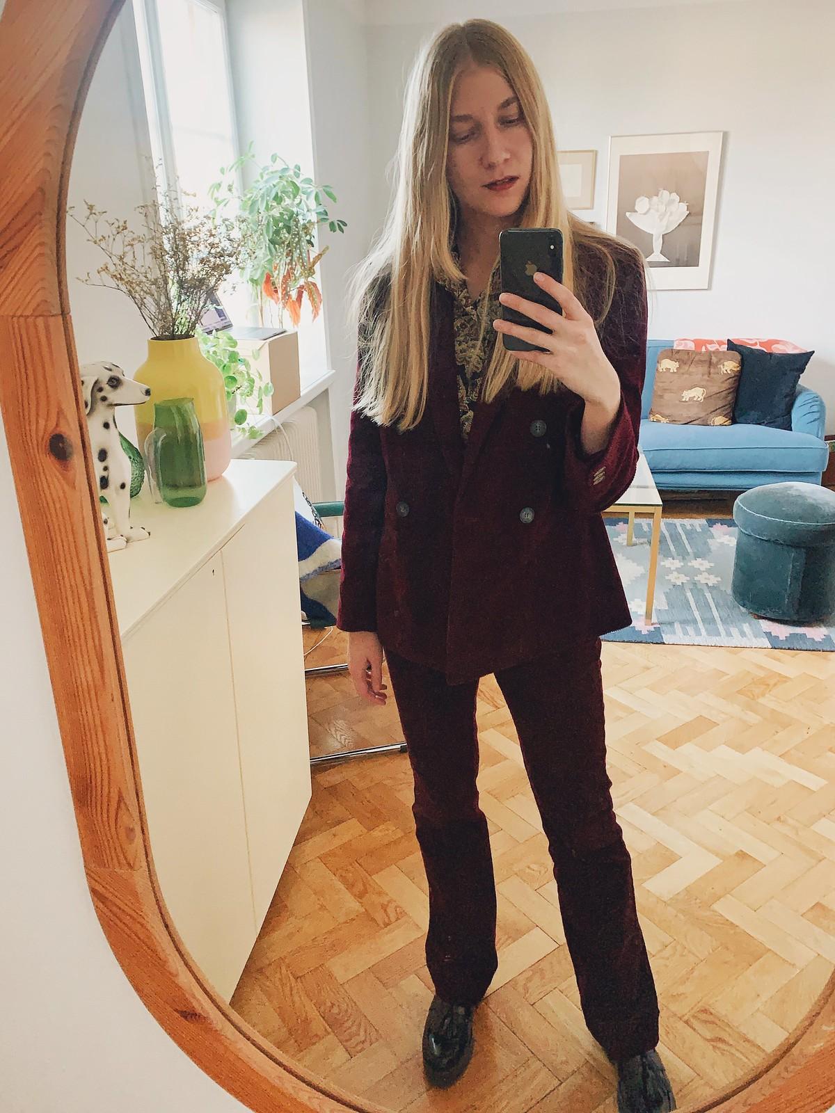 vinröd kostym