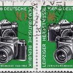 Sun, 2020-11-22 18:30 - Postage stamp - Leipzig Autumn Fair 1965 - Anniversary Fair 1165-1965, two cameras: Praktika and Praktisix II, trade fair mark - issue value: 10 Pfennig (GDR 1965); Timbre-poste - Foire d'automne de Leipzig 1965 - Foire d'anniversaire 1165-1965, deux caméras: Praktika et Praktisix II, marque de foire - valeur d'émission: 10 Pfennig (RDA 1965)