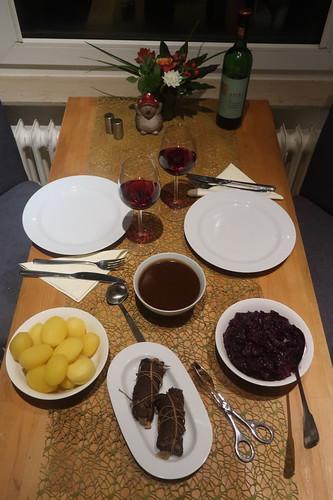 Rinderrouladen mit Rotkohl und Salzkartoffeln (Tischbild)
