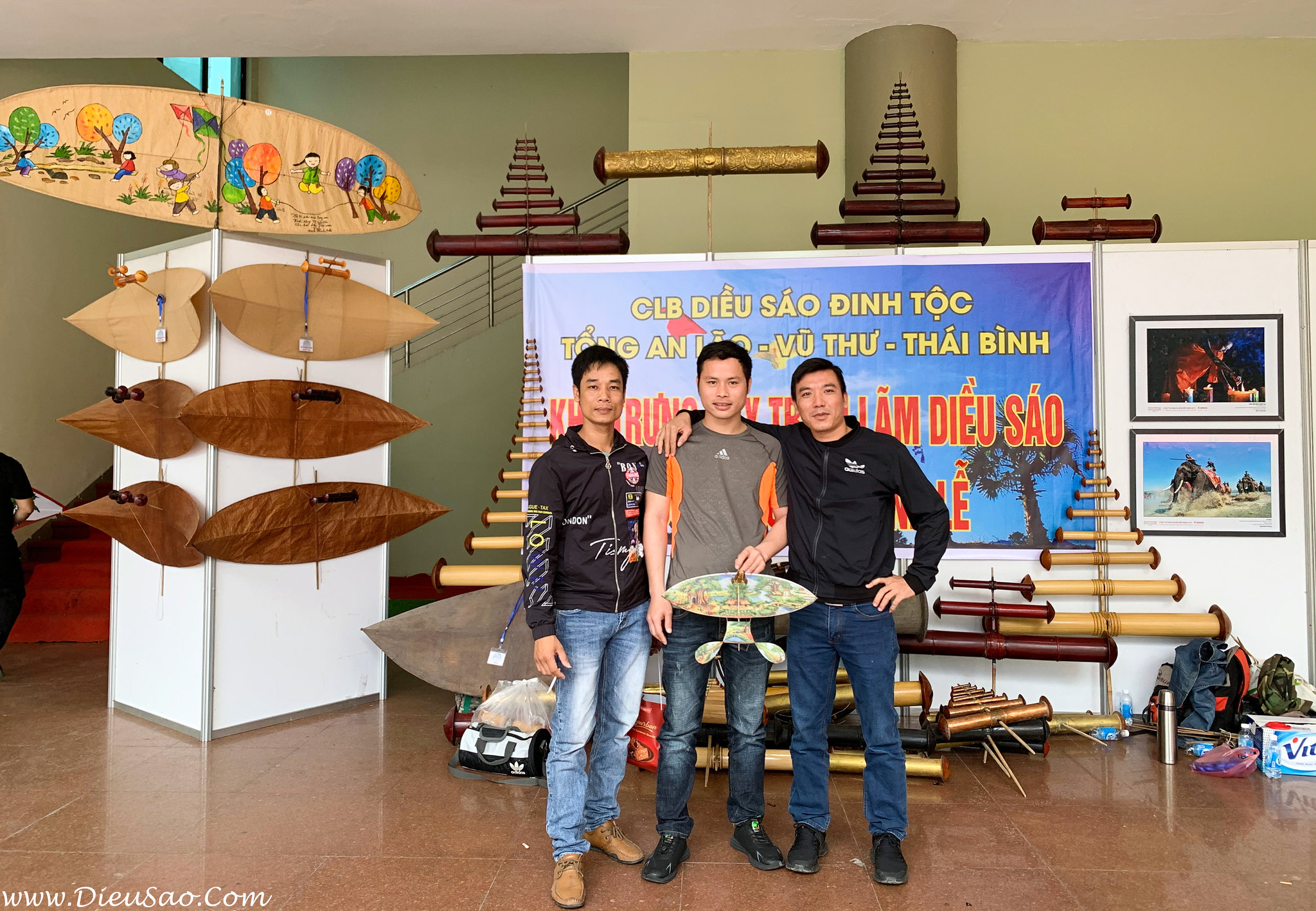 CLB Dieu Hoa Phuong Do va HQDSHN tai Trien Lam Di San Dieu Viet Nam