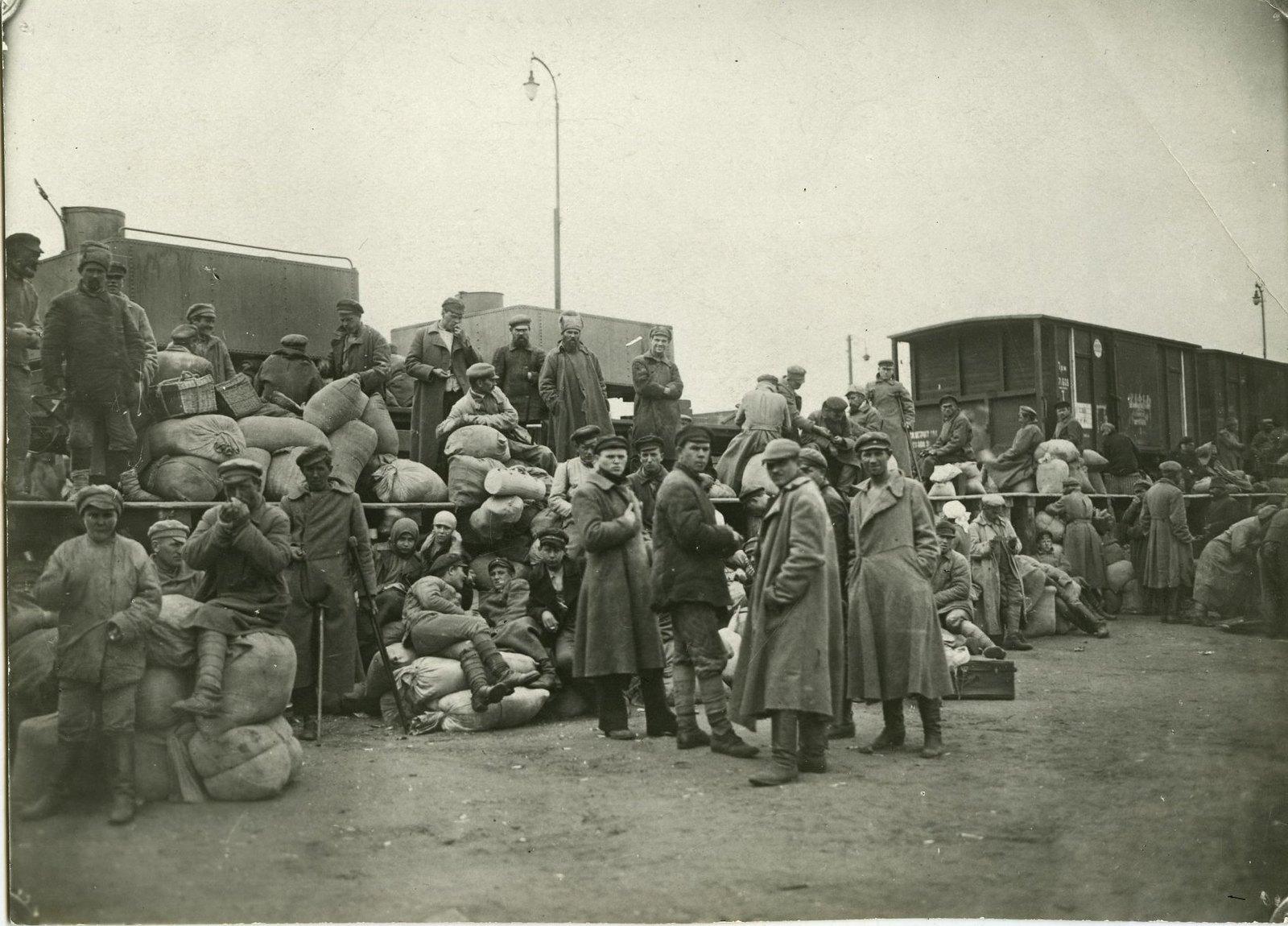 02. 1919. Мешочники на железнодорожной платформе у железнодорожного состава