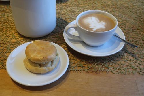 Cappuccino zu frisch gebackenem Windbeutel mit Vanilleeis-Füllung