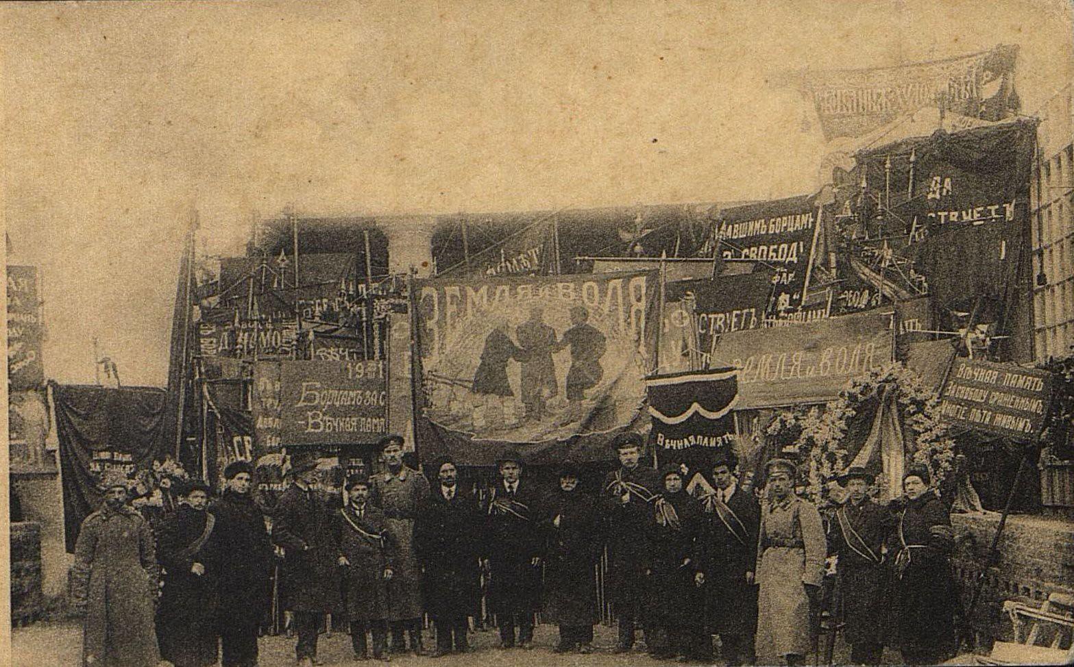 23 марта. Совет Солдатских и Рабочих депутатов, участвовавших на похоронах жертв революции,
