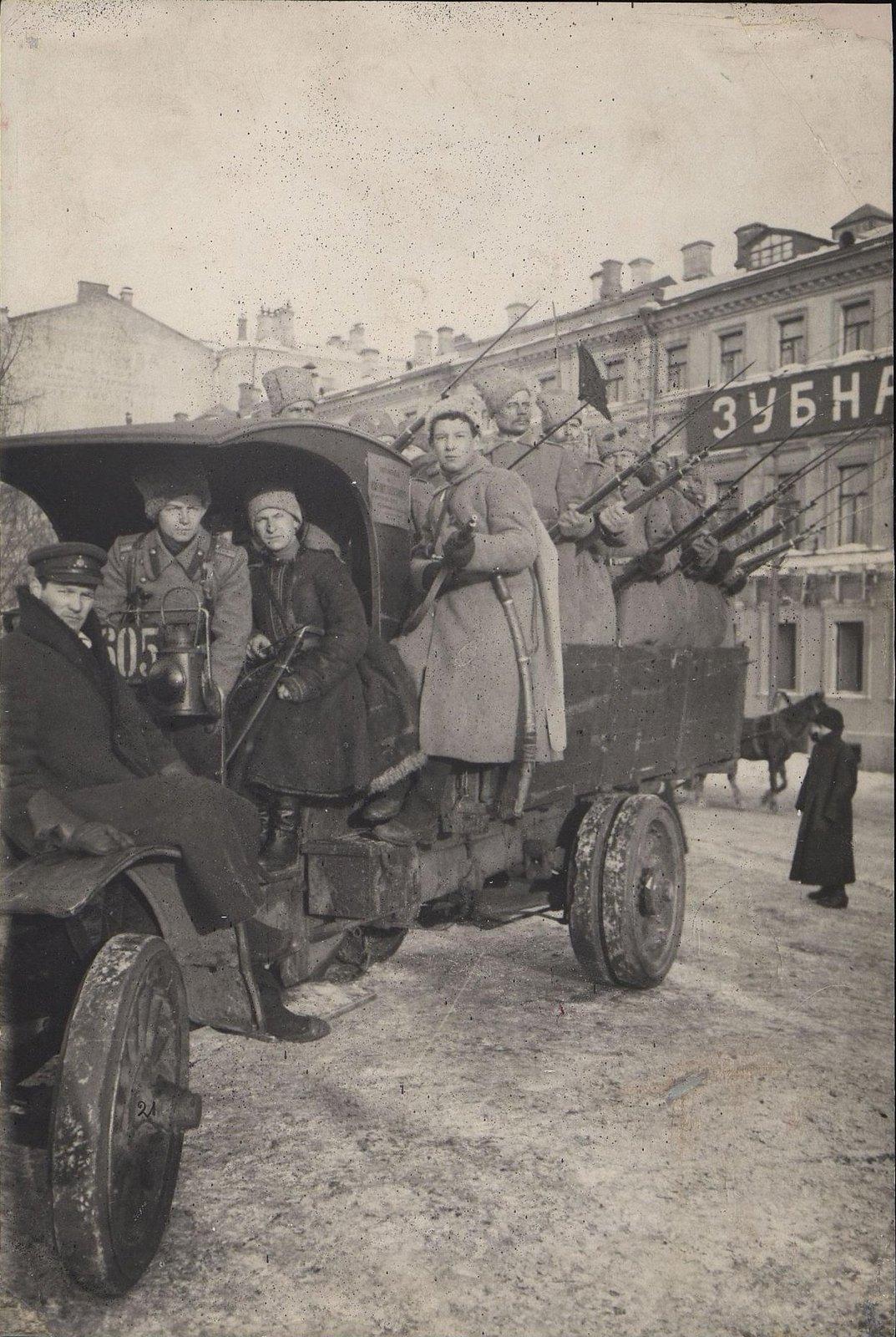 11. Март. Грузовик с солдатами (солдаты, перешедшие на сторону революции)
