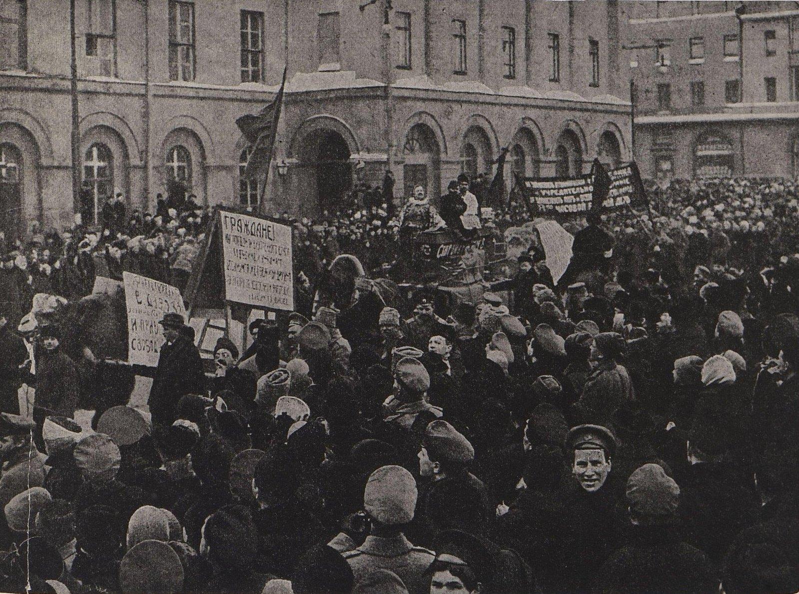 07. Демонстрация на Театральной площади в Москве в дни Февральской революции