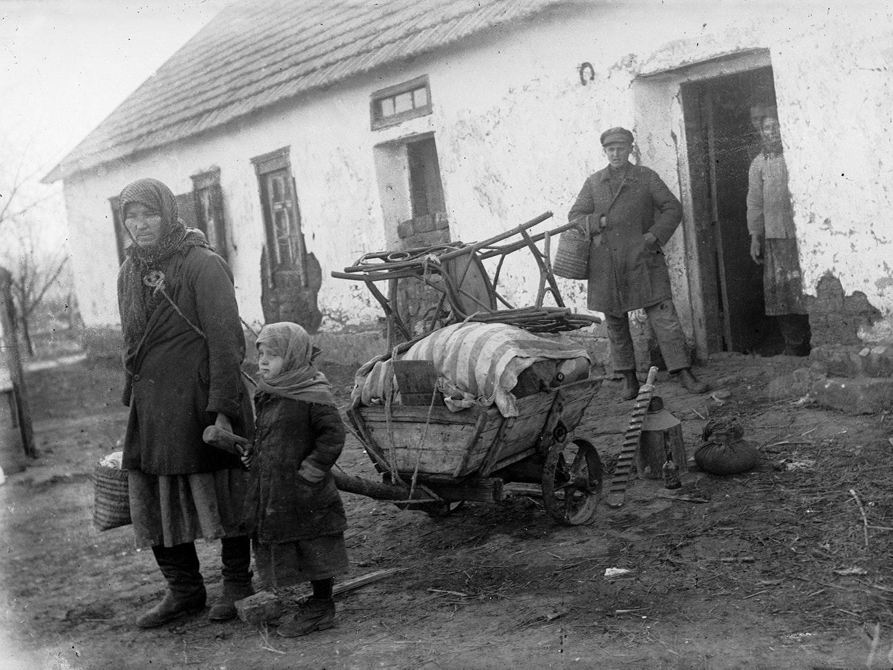 1930. Раскулаченная семья у дома в селе Удачное Красноармейского района Донецкой области