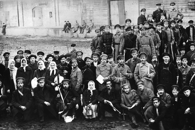 1918. Москва. Бойцы продотряда перед отправкой в деревню за хлебом.