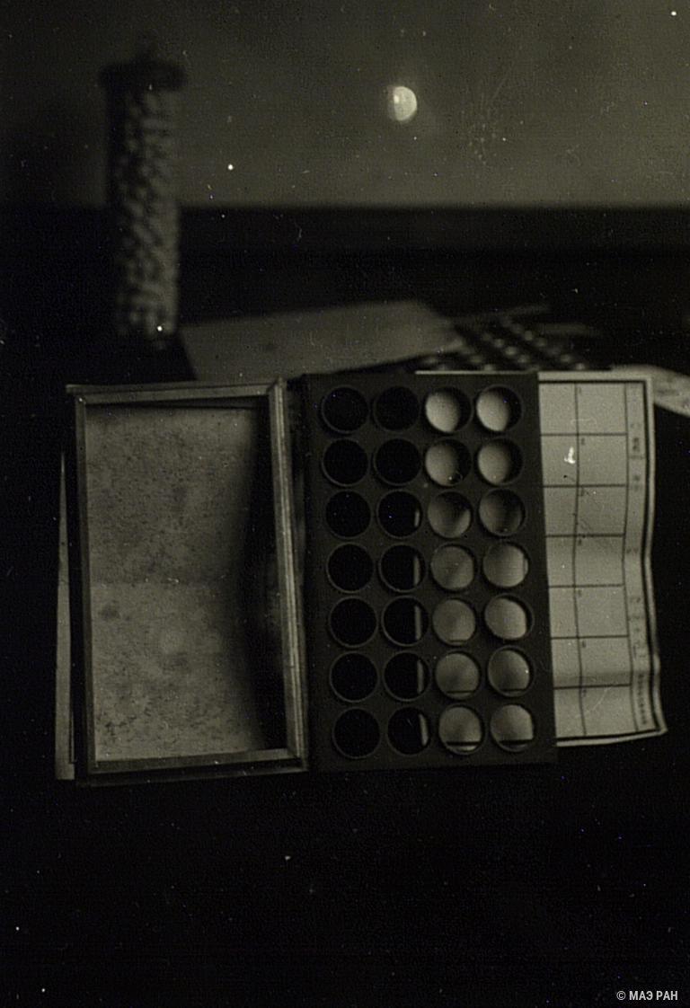22. Рамы, используемые при спаривании бабочек и получении яиц. Префектура Токио, Татикава местность