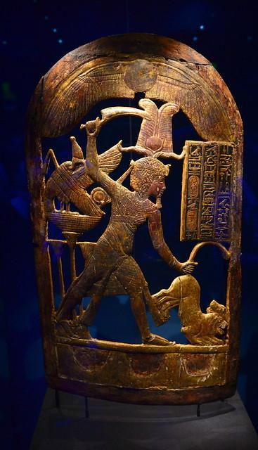 Bouclier en bois doré montrant Toutânkhamon coiffé de la couronne atef et mettant des lions à mort, 1336-1326 av. J.-C.