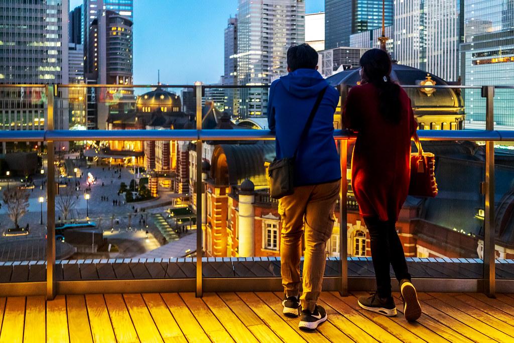 Lovers looking at Tokyo Station : 東京駅を眺める恋人たち